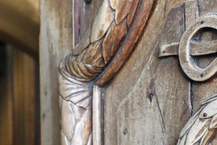 Porte en bois d'église ouverte. Eglise Saint-Jean Baptiste